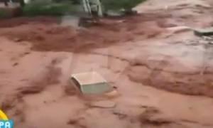 Βίντεο - ΣΟΚ: Η στιγμή που ο χείμαρρος «καταπίνει» αυτοκίνητο στη Νέα Πέραμο