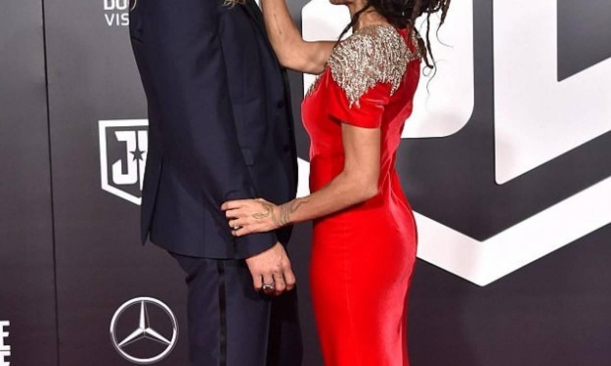Ο πρωταγωνιστής του Game of Thrones έκανε την πρώτη του εμφάνιση στο κόκκινο χαλί με τη σύζυγό του