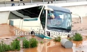 Συγκλονιστικό βίντεο: Χείμαρρος παρασέρνει λεωφορείο μόλις απεγκλωβίστηκε ο τελευταίος επιβάτης