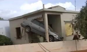 Συγκλονιστικό βίντεο: Αυτοκίνητο παρασύρθηκε από τα νερά και μπήκε σε σπίτι