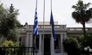 Καιρός - Πλημμύρες Αττική: Μεσίστιες οι σημαίες σε Μαξίμου και Βουλή