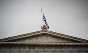Μεσίστιες οι σημαίες λόγω εθνικού πένθους (pics)