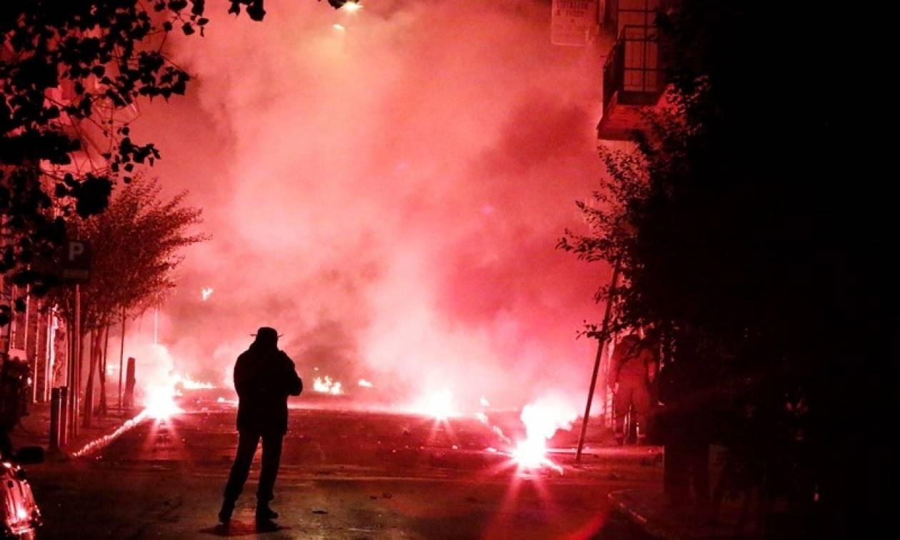 Πολυτεχνείο: Νύχτα θρίλερ στα Εξάρχεια – Έκαψαν αυτοκίνητο στην οδό Σολωμού