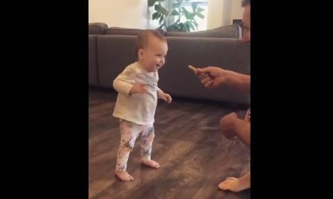 Κοριτσάκι κάνει τα πρώτα της βήματα για χάρη μίας τηγανιτής πατάτας