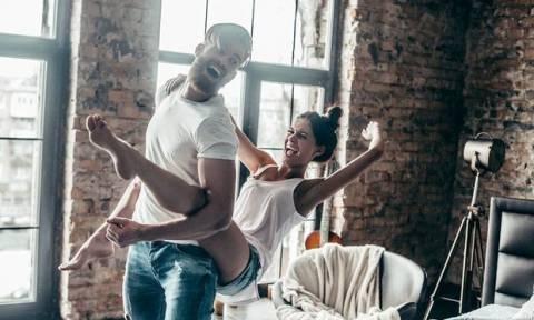 Ξέρουμε τι κάνεις όταν σε... «χτυπούν» τα βέλη του έρωτα!