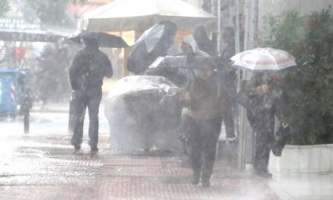 Κακοκαιρία: Ισχυρή καταιγίδα αυτή την ώρα στην Αττική - Κλειστή η Πειραιώς