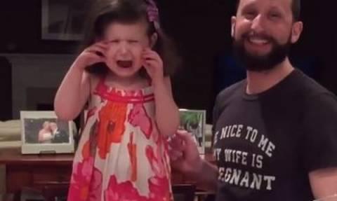 «Δεν θέλω αδελφή αλλά αδελφό!» - Δείτε το βίντεο με τη μικρή που έγινε viral