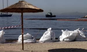 Ρύπανση στον Σαρωνικό: Σε ποιες περιοχές συνεχίζονται οι εργασίες απορρύπανσης