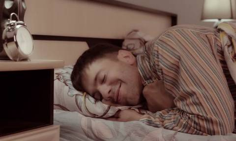 «Θυμάμαι το αξέχαστο βράδυ που έπεσα στο Κρεβάτι μαζί σου…»
