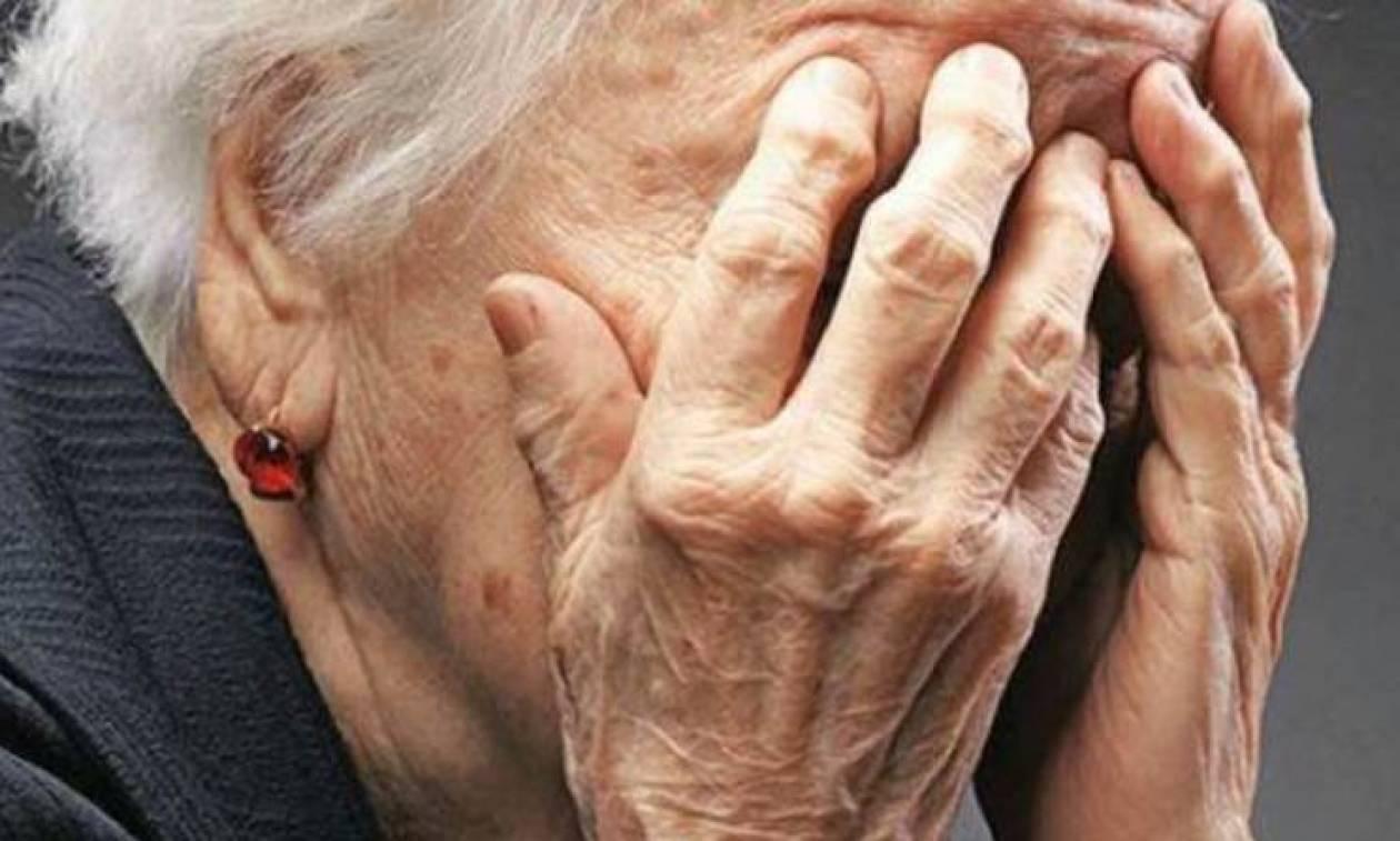 Δείτε τι συνέβη σε ηλικιωμένη που βρισκόταν σε στάση λεωφορείου