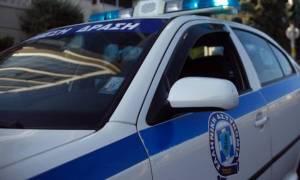 Συναγερμός στον Πειραιά: Άνδρας απειλεί να πέσει στο κενό από κτήριο
