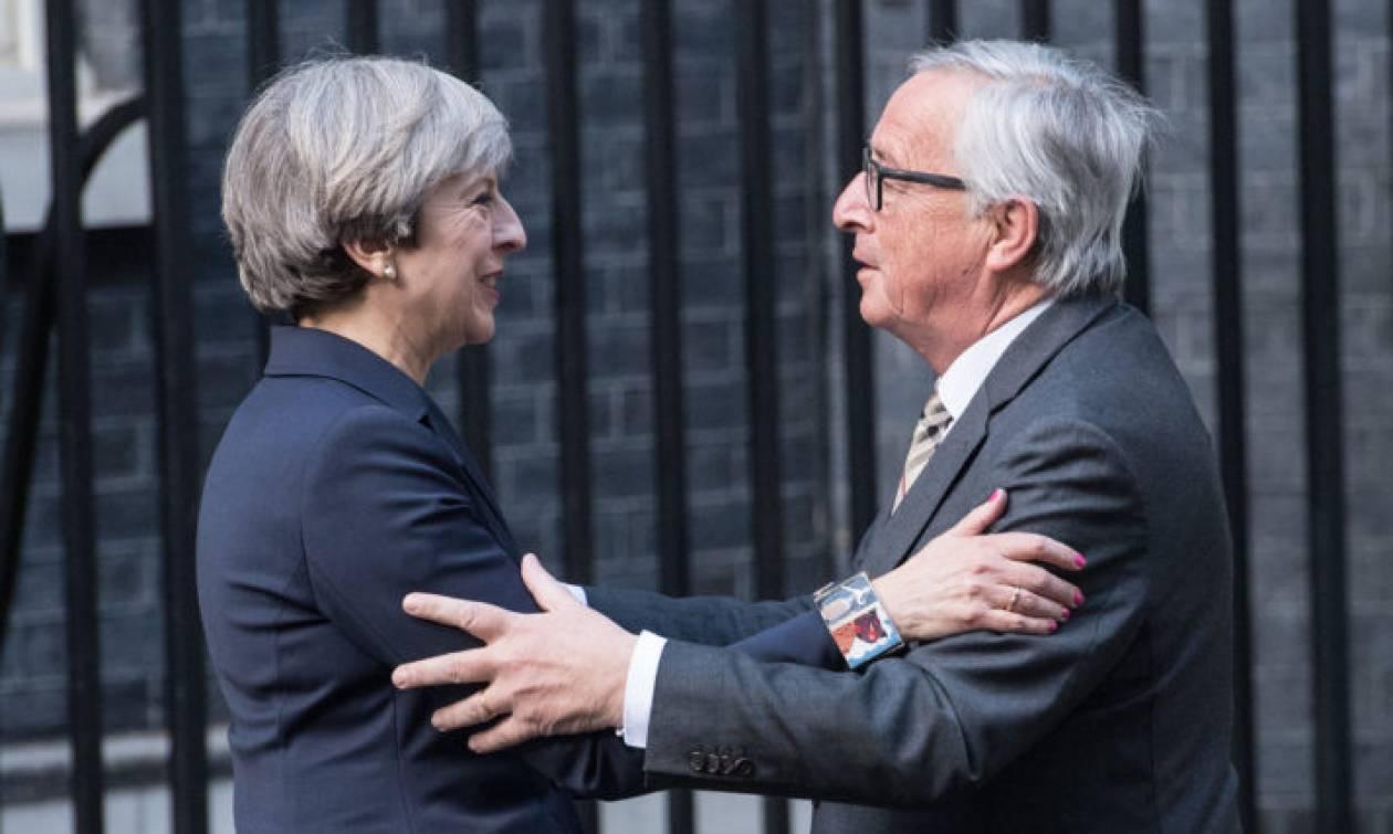 «Φως στο τούνελ» για Brexit: Εσπευσμένη συνάντηση Μέι με Γιούνκερ και Μπαρνιέ