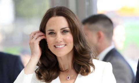 Οι πρώτες φωτογραφίες που δείχνουν τη φουσκωμένη κοιλίτσα της Kate Middleton