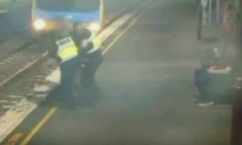 Πανικός: Η δραματική διάσωση γυναίκας που έπεσε στις γραμμές του τρένου (vid)