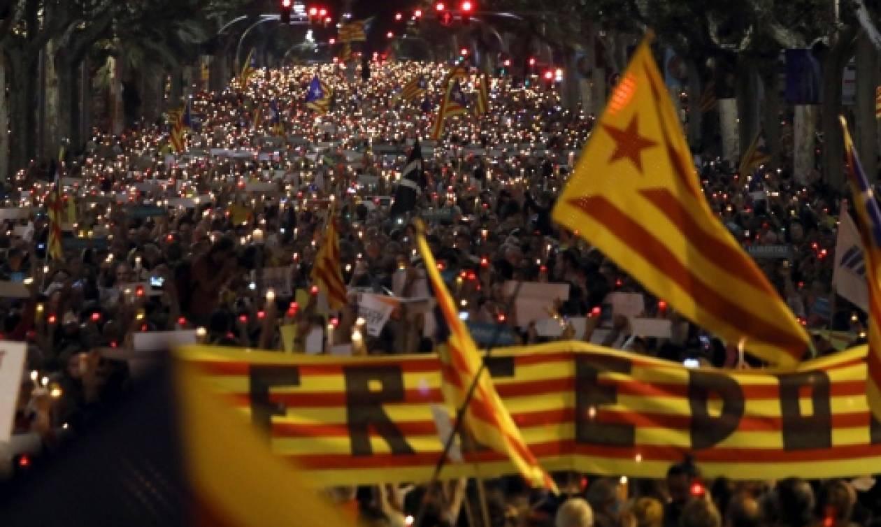 Χιλιάδες Καταλανοί αυτονομιστές πάνε Βρυξέλλες για να φωνάξουν υπέρ του Πουτζντεμόν