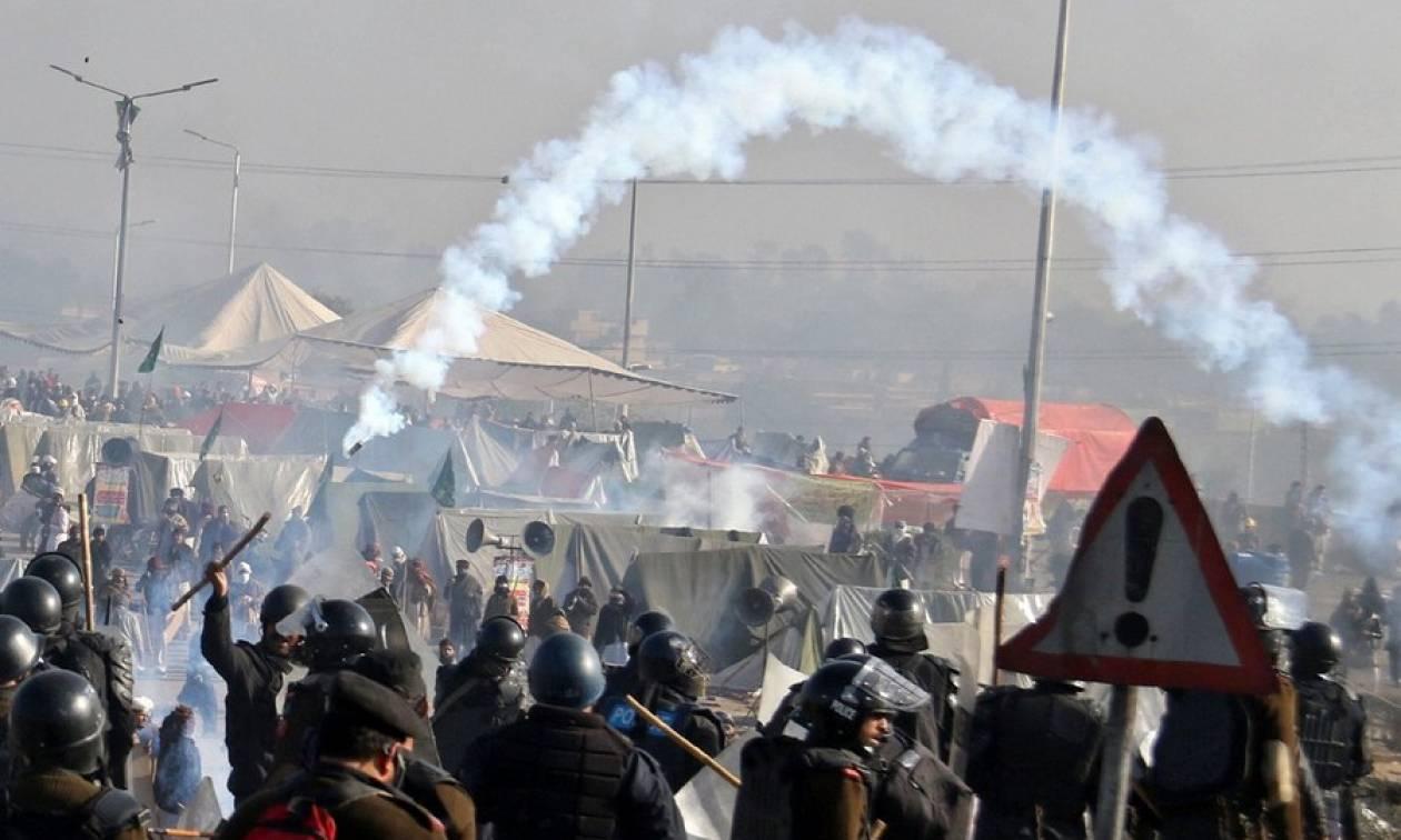 Εκτός ελέγχου η κατάσταση στο Πακιστάν – Ο στρατός βγήκε στους δρόμους του Ισλαμαμπάντ (Pics+Vid)
