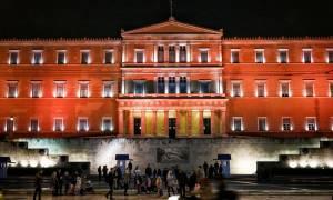 Στα πορτοκαλί φωταγωγήθηκε η Βουλή – Εντυπωσιακές εικόνες