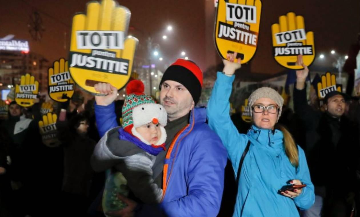 «Κλέφτες, κλέφτες»: Δεκάδες χιλιάδες Ρουμάνοι στους δρόμους κατά της κυβέρνησης (Pics+Vid)