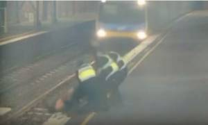 Βίντεο-Σοκ: Για κλάσματα δευτερολέπτου σώθηκε από το τρένο