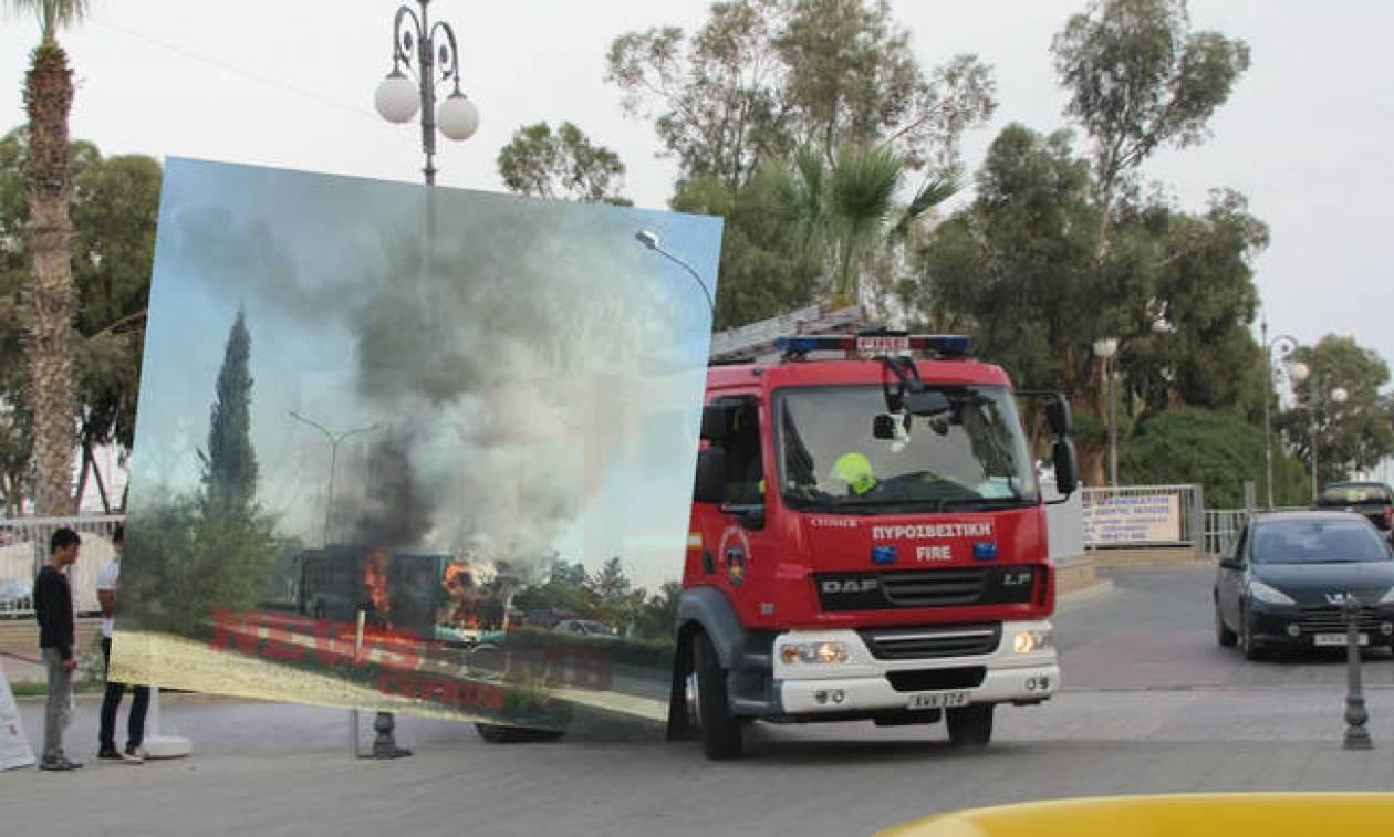 Συναγερμός: Λεωφορείο πήρε φωτιά στη μέση του δρόμου - Δείτε φωτογραφίες