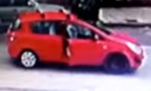 Θεσσαλονίκη: Το βίντεο που έχει εξοργίσει το διαδίκτυο – Ανοίγει την πόρτα του αμαξιού και…