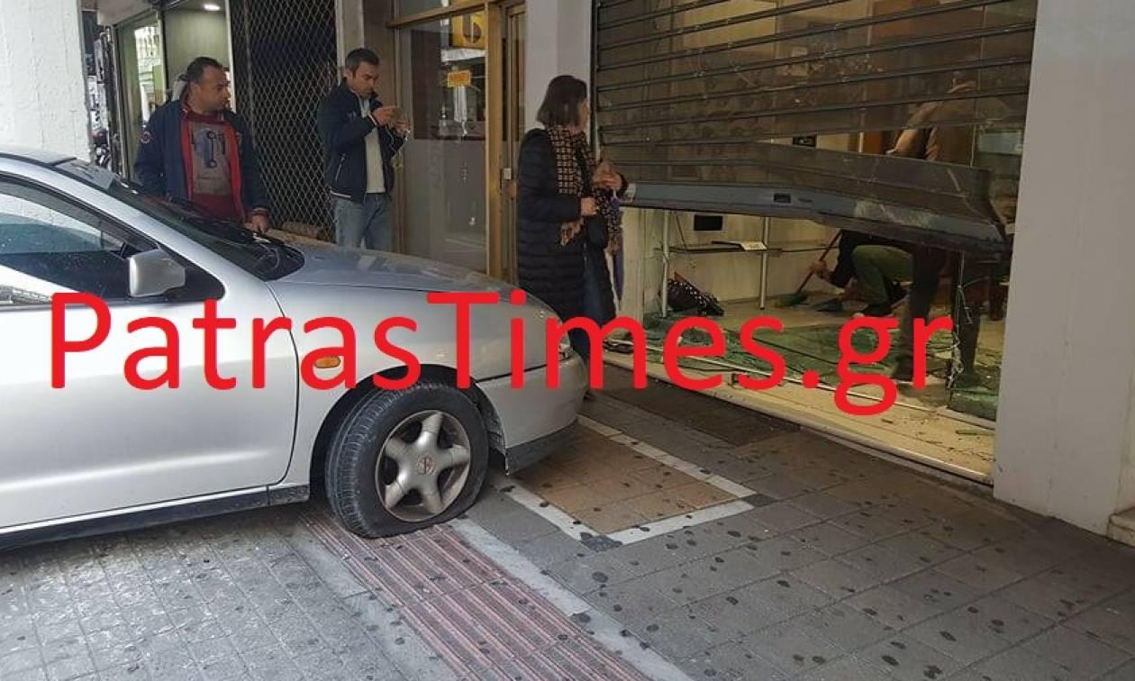 Σοκαριστικό τροχαίο στο κέντρο της Πάτρας – Αυτοκίνητο κατέληξε σε κατάστημα (pics-vid)