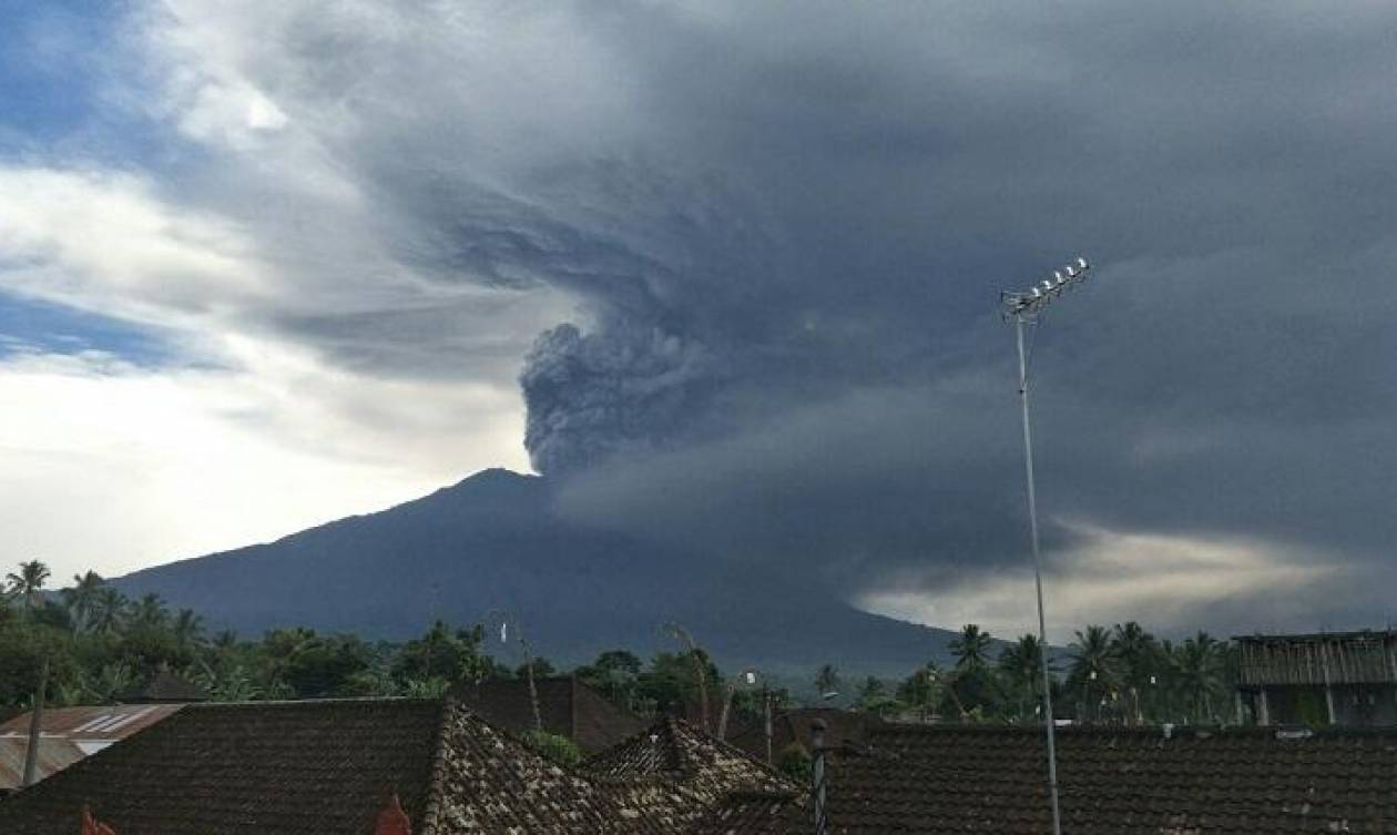 Ινδονησία: Παρατείνεται το κλείσιμο του αεροδρομίου στο Μπαλί λόγω του ηφαιστείου στο όρος Αγκούνγκ