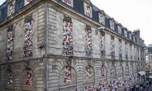 Με αυτό το... πλαστικό κτήριο στέλνει το οικολογικό της μήνυμα μία ομάδα «πράσινων καλλιτεχνών»