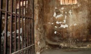 Κρατούσαν αλυσοδεμένους 57 Πακιστανούς σε μπουντρούμι
