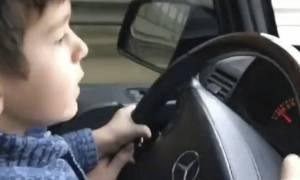 Τετράχρονος σκορπάει τον τρόμο σε κεντρικό δρόμο της Μόσχας οδηγώντας αυτοκίνητο με 100χλμ (vid)