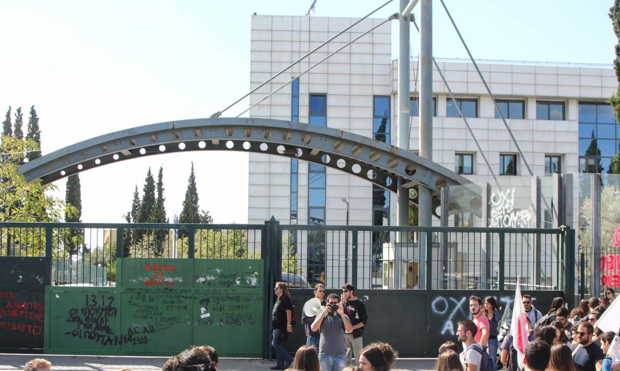 Ένταση και επεισόδια έξω από το υπουργείο Παιδείας