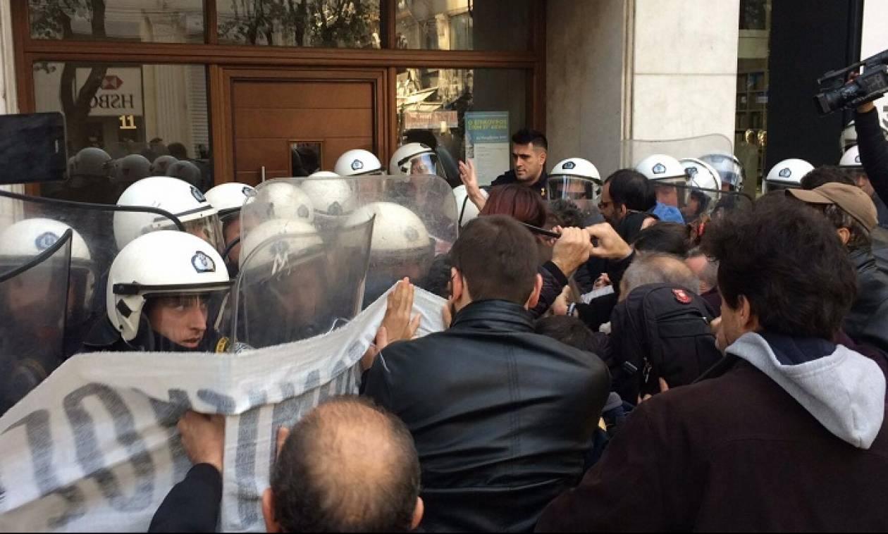 Πλειστηριασμοί: Ένταση μεταξύ διαδηλωτών και αστυνομίας στη Θεσσαλονίκη (pics&vid)
