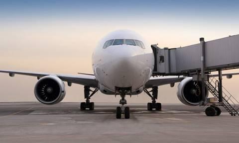 Αποκαλύφθηκε ο λόγος που οι επιβάτες αεροπλάνου αποβιβάζονται ΠΑΝΤΑ από την αριστερή πλευρά