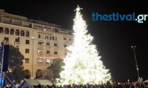 «Μύρισε» Χριστούγεννα στη Θεσσαλονίκη: Άναψε το χριστουγεννιάτικο δέντρο (pics&vid)