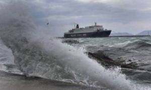 Κακοκαιρία «χτυπά» όλη τη χώρα – Προβλήματα σε πολλά λιμάνια