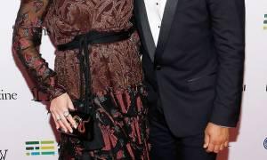 Στο πλάι του συζύγου της στην πρώτη δημόσια εμφάνιση στο κόκκινο χαλί με φουσκωμένη κοιλίτσα (pics)