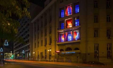 Παγκόσμια Ημέρα κατά του AIDS: Η Πολυκλινική Αθηνών «ντύνεται» στα κόκκινα (pics)