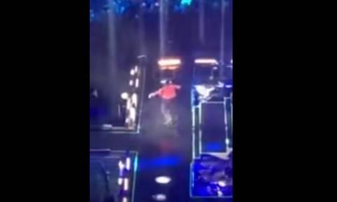 Βίντεο σοκ: Το ατύχημα τραγουδιστή πάνω στη σκηνή - Έπεσε σε καταπακτή δύο μέτρων