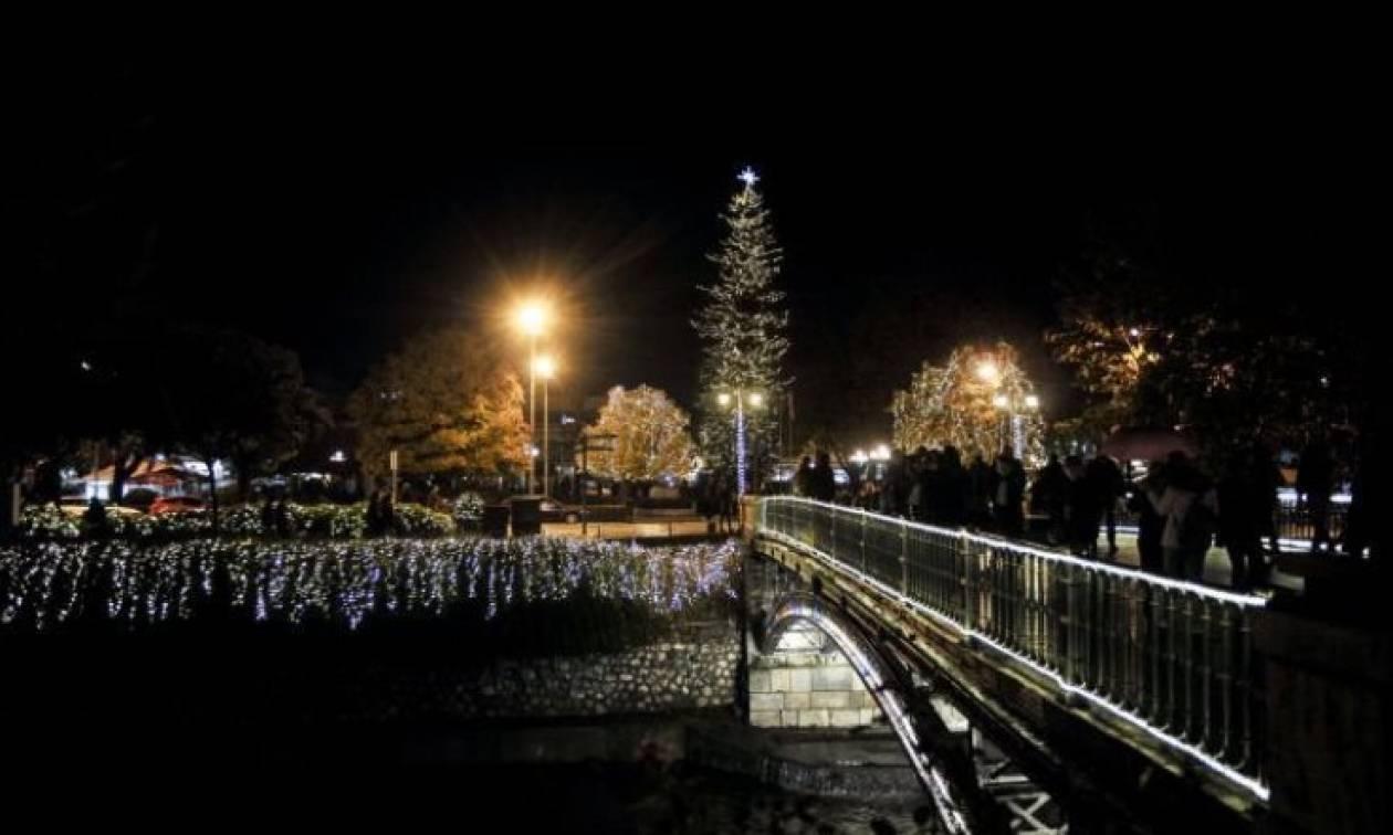 Φωταγωγήθηκε το υψηλότερο χριστουγεννιάτικο δέντρο στην Ελλάδα (pics)