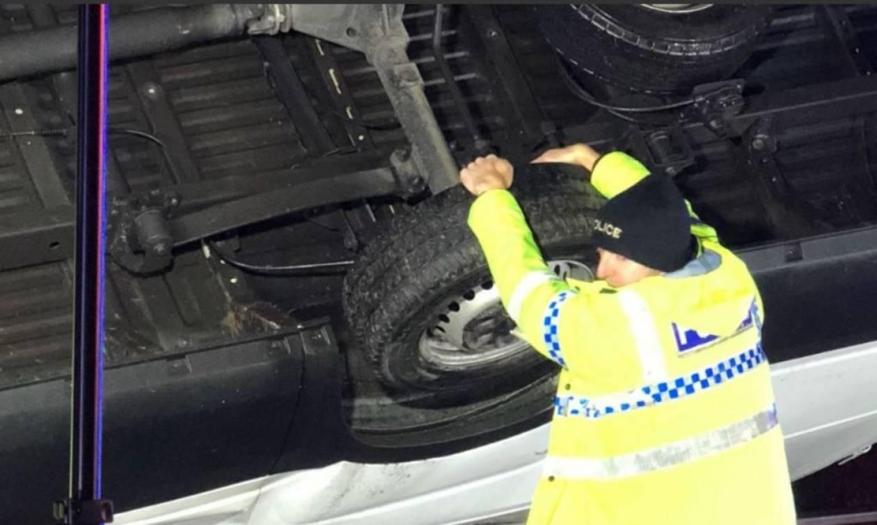Ήρωας αστυνομικός συγκρατεί με τα χέρια του φορτηγό για να μην πέσει από γέφυρα! (pics)