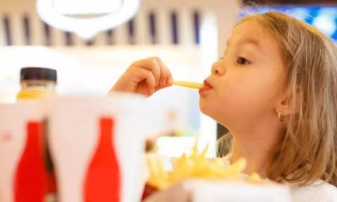 Η συχνή κατανάλωση fast-food μπορεί να επηρεάσει τις σχολικές επιδόσεις των παιδιών;