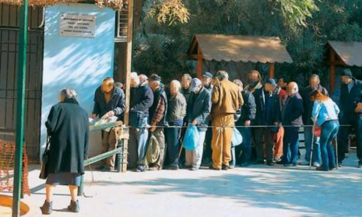 Κοινωνία συσσιτίων : Οι Έλληνες στις ουρές για φαγητό