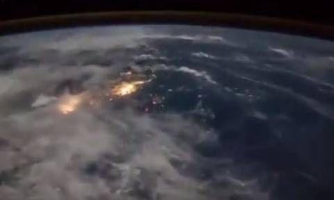 Μοναδικό βίντεο: Δείτε πώς φαίνονται οι αστραπές από το διάστημα!