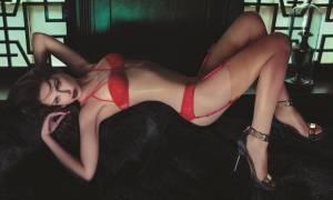 Εσώρουχα και καυτές γυναίκες στο πιο σέξι βίντεο των Χριστουγέννων! (vid)