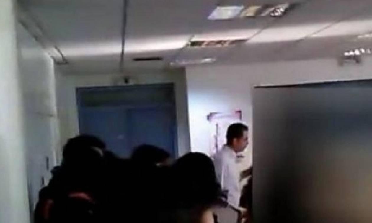 ΣΟΚ σε σχολείο: Μαθητής όρμηξε να πνίξει καθηγήτρια μέσα στην τάξη (vid)