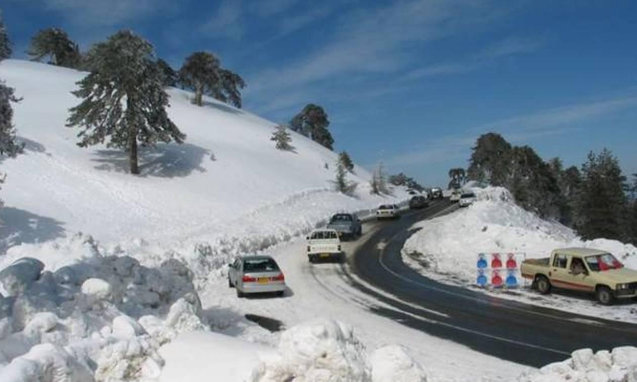 На Кипре обильные снегопады блокировали движение на горных трассах
