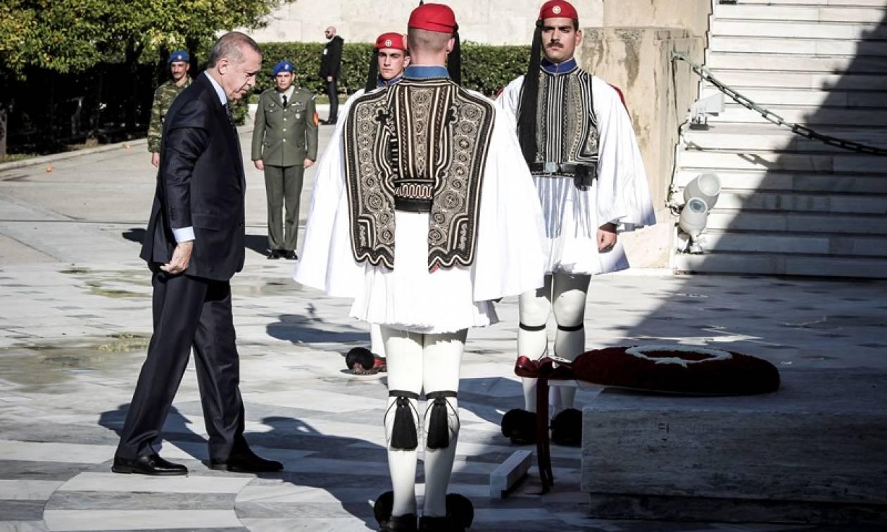 Ανατριχίλα: Οι Ευέλπιδες έσπασαν το πρωτόκολλο και έψαλαν τον Εθνικό Ύμνο μπροστά στον Ερντογάν
