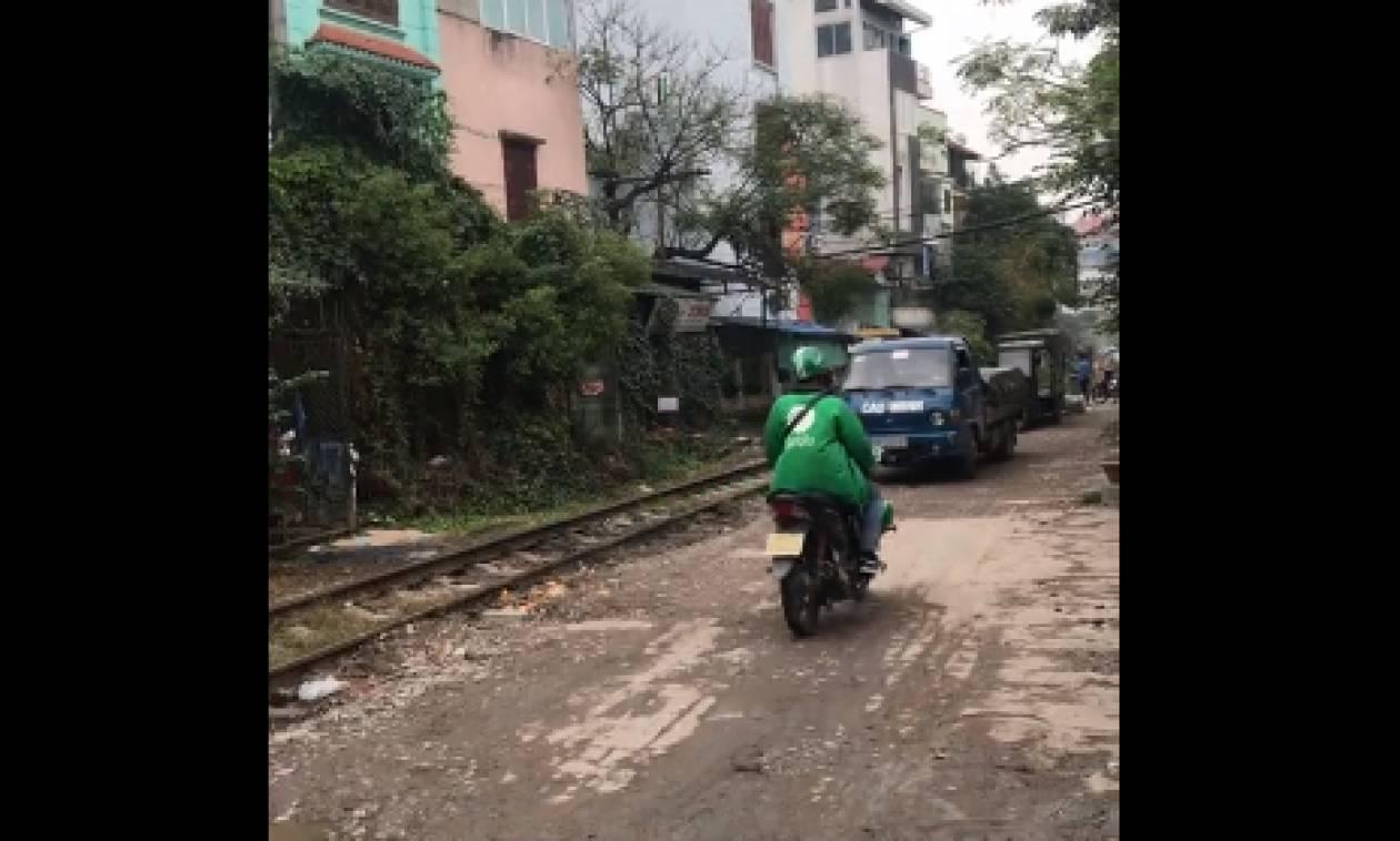 Γι' αυτό δεν πρέπει ποτέ να παρκάρεις κοντά σε γραμμές τρένου (video)