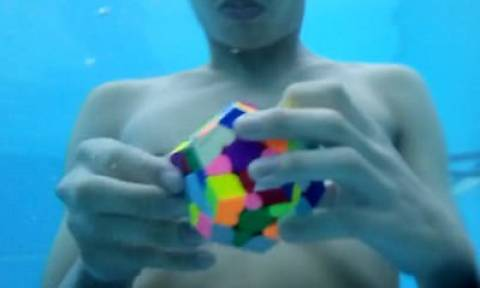 Εντυπωσιακό: Έλυσε τον κύβο Ρούμπικ κάτω από το νερό σε 89 δευτερόλεπτα!