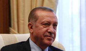 Ο Εύζωνας που κοίταξε με αυστηρό βλέμμα τον Ερντογάν - Δείτε τη φωτογραφία που κάνει θραύση